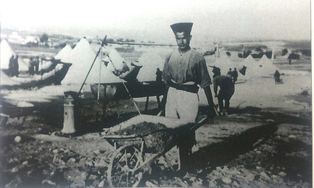 היהודים ניצלו מהשמדה המונית אך רבים נשלחו למחנות. אסיר יהודי במחנה בדו
