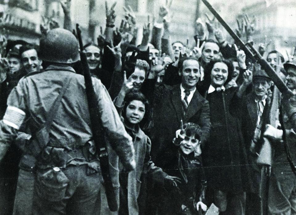 תושבי אלג'יר מקבלים בברכה את פני הכוחות הפולשים