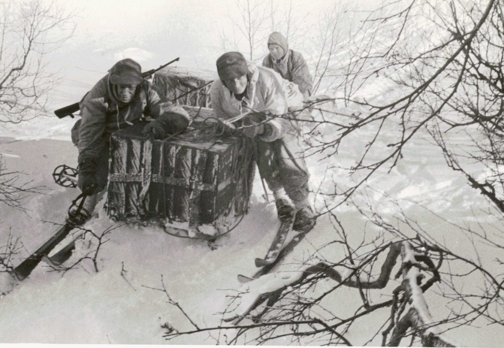 צוות של הצבא הנורווגי הגולה שחדר למולדתו הכבושה כדי לחבל במאמצי הנאצים מוביל ציוד בעזרת מזחלת