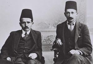 דוד בן גוריון (משמאל) ויצחק בן צבי חבושים תרבוש בתקופה שבה למדו משפטים באיסטנבול