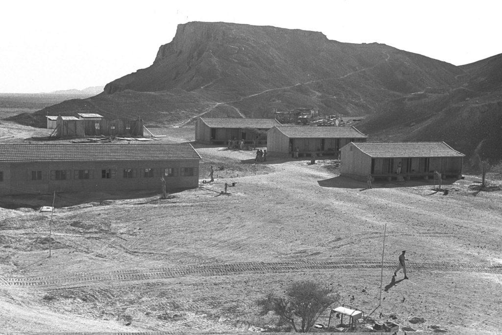 ההבחנה בין הגנה צבאית למשימות לאומיות אחרות טרם התבררה והצבא עסק גם בהתיישבות ובחקלאות. היאחזות עין רדיאן , לימים יטבתה, 1952