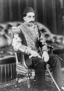 עבדול חמיד השני, הסולטן ה-34 של האימפריה העות'מאנית, עלה לשלטון ב-1876. בימי שלטונו הסוערים, שכללו מלחמות אחדות, איבדה האימפריה את השליטה על שטחים רבים והפסיקה למעשה להיות אימפריה. עבדול חמיד ב-1909, השנה שבה הודח על ידי התורכים הצעירים והוגלה לסלוניקי