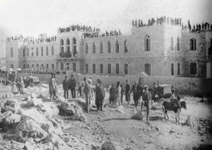 יוצאי גרמניה והולנד הודרו מניהול בתי החולים של ירושלים ולכן הקימו את שערי צדק. בית החולים שערי צדק ברחוב יפו במהלך בנייתו, 1901