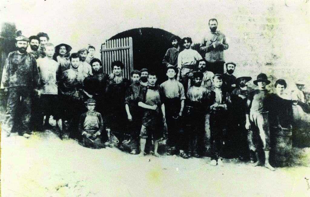המאבקים בין האיכרים לפועלים חידדו את ההבדל בין המעמדות, אך שתי הקבוצות לא ראו עצמן כבנות תקופות שונות. פועלים ביקב ראשון לציון, 1907