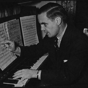 ג'ורג' אנת'יל מלחין על יד הפסנתר, שנות הארבעים. באדיבות עזבון ג'ורג' אנת'יל
