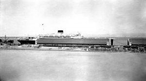 הספינה וולקניה עוגנת בנמל חיפה, חורף 1933