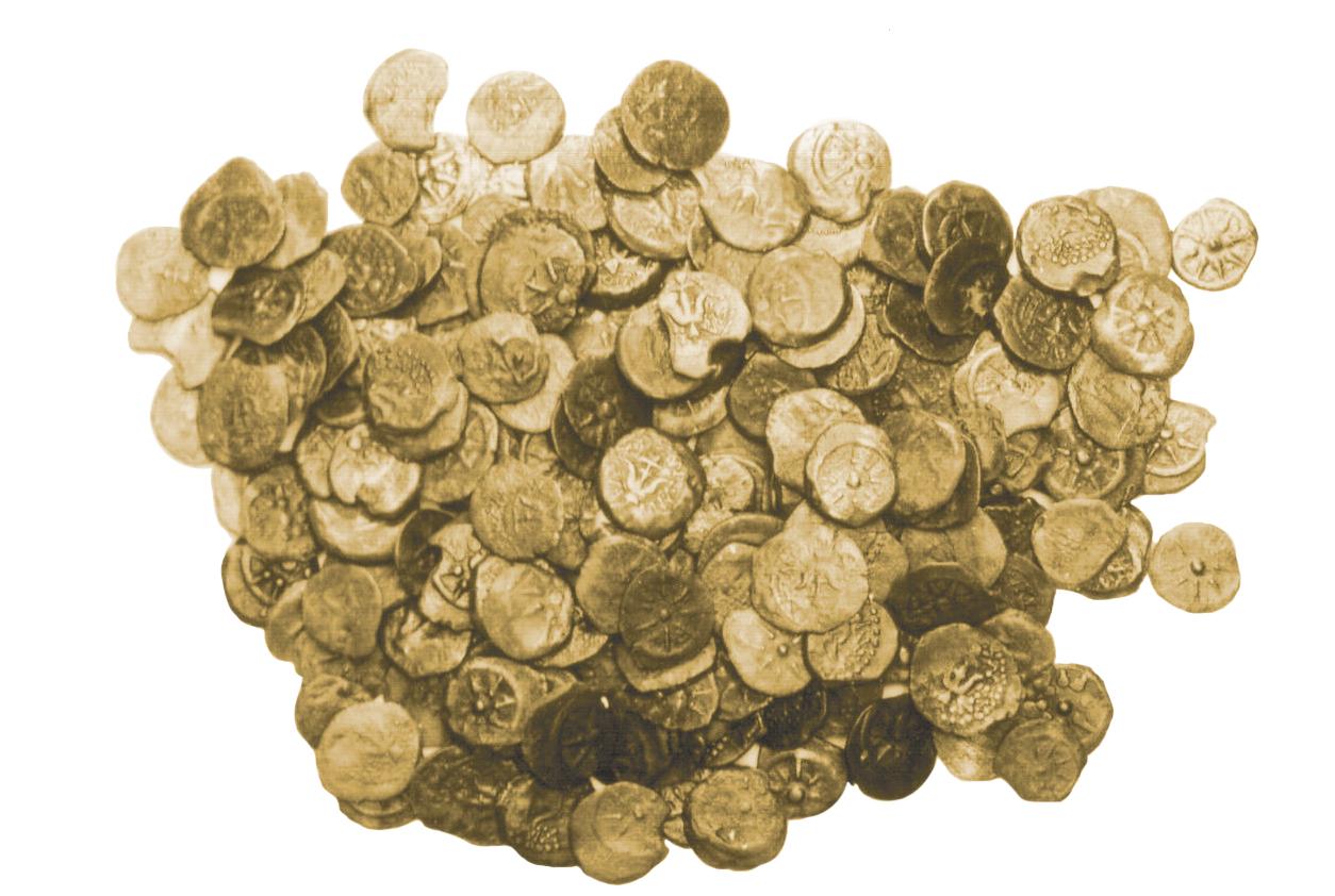 """מטמון המטבעות שנמצא בחורבת מזין, דרומית לעינות צוקים צילום: זאב רדובן. באדיבות דונלד אריאל ופרופ' יזהר הירשפלד ז""""ל"""