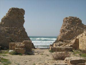 תל אשדוד הוא אחד מערי הנמל העתיקות ביותר ששרידיהן ניצבים לאורך חופי הים התיכון. 'שער הים', קטע מתוך שרידי חומת המצודה בתל אשדוד