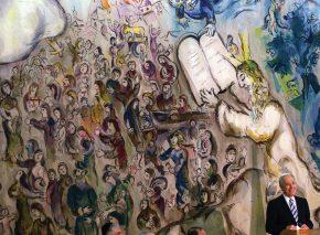 שאגאל ביקר בישראל שש פעמים והביע תמיכה בציונות בהזדמנויות רבות. אחת היצירות החשובות ביותר שלו היא הגובלנים הענקיים המציגים אירועים מתולדות עם ישראל שיצר עבור טרקלין שאגאל במשכן הכנסת. הנשיא שמעון פרס נואם בטרקלין שאגאל צילום: פלאש 90