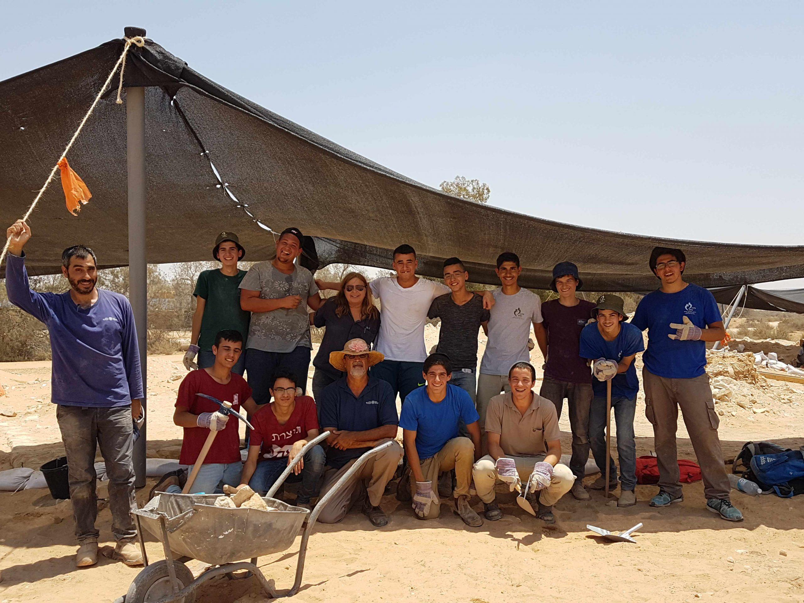 בני הנוער מירוחם שהשתתפו בחפירות בגת בנגב