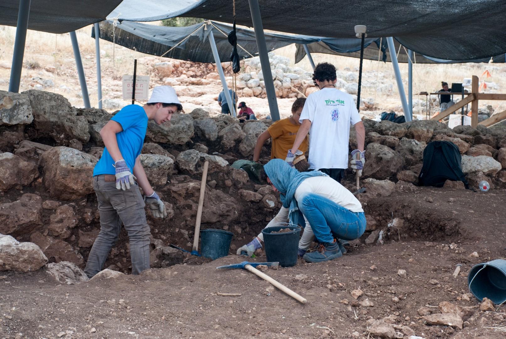 בחפירות בראש העין השתתפו עשרות תלמידי תיכון, במסגרת מיזם חדש של רשות העתיקות ומשרד החינוך, בו מוכרת חפירה ארכאולוגית בתור 'הערכה חלופית' בבחינת הבגרות