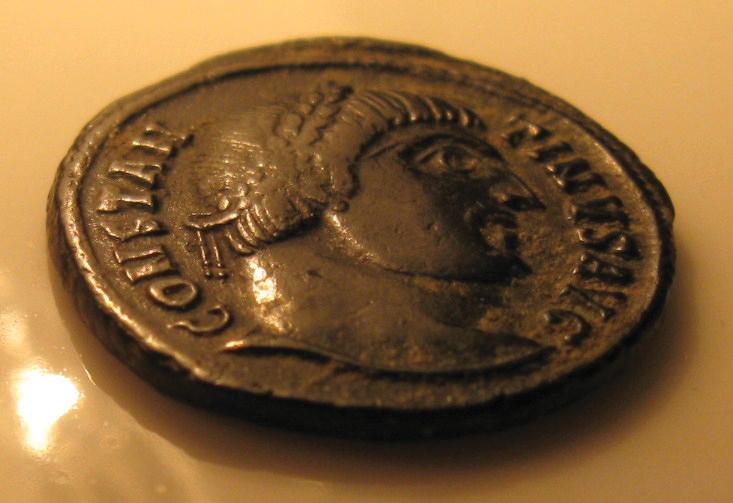 מטבע רומי טיפוסי מימי קונסטנטינוס ועליו דמות הקיסר, שמו ותאריו