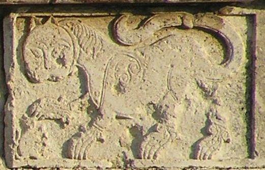 סמלו של בייברס חקוק על גשר בייברס באזור לוד של היום
