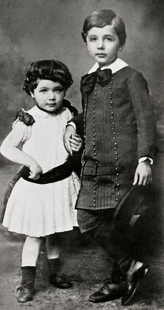 אלברט איינשטיין ואחותו מאיה בילדותם. סביבות 1886