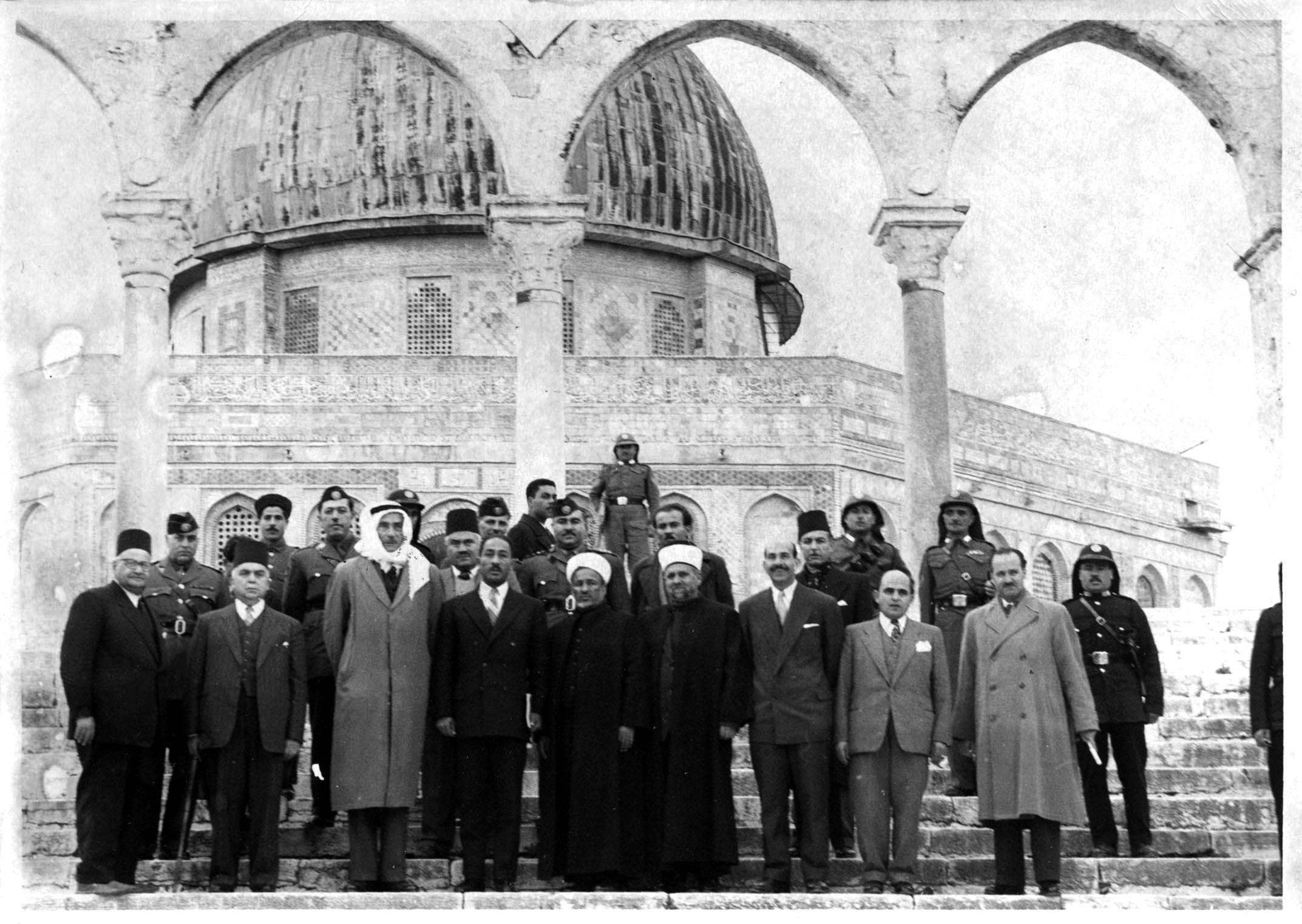 אנואר סאדאת ואנשי הווקף בהר הבית בעת שההר היה בשליטה ירדנית. סוף 1955