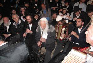 מוסא ברלין וממשיך דרכו חיליק פרנק (משמאל למוסא) מנגנים בציון רבי יוחנן הסנדלר