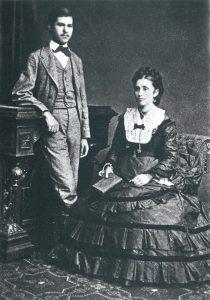 ילדותו של פרויד עברה עליו בחיק מגונן של אם מעריצה. פרויד בגיל 16 בחברת אמו אמיליה