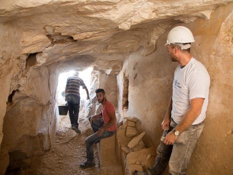 חופרים במפעל לייצור כלי אבן בריינה שבגליל
