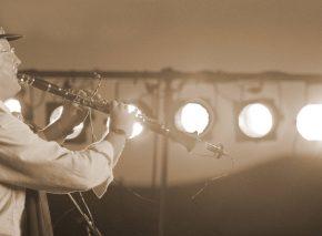 אמן הקלרינט שמואל אחיעזר מנגן בפסטיבל הכליזמרים בצפת