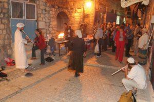 סצנת רחוב בפסטיבל הכליזמרים השנתי בצפת, תופעה תרבותית שכבר מזמן חרגה מגבולות מוזיקת הכליזמר המסורתית