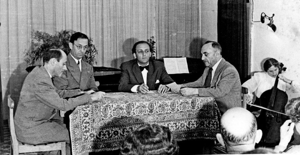 תלמה מנגנת בטקס שנערך באקדמיה למוזיקה בירושלים ב־1950. יושבים משמאל לימין: יוסף טל, אלכסנדר דושקין, פרנק פלג ומשה זמורה