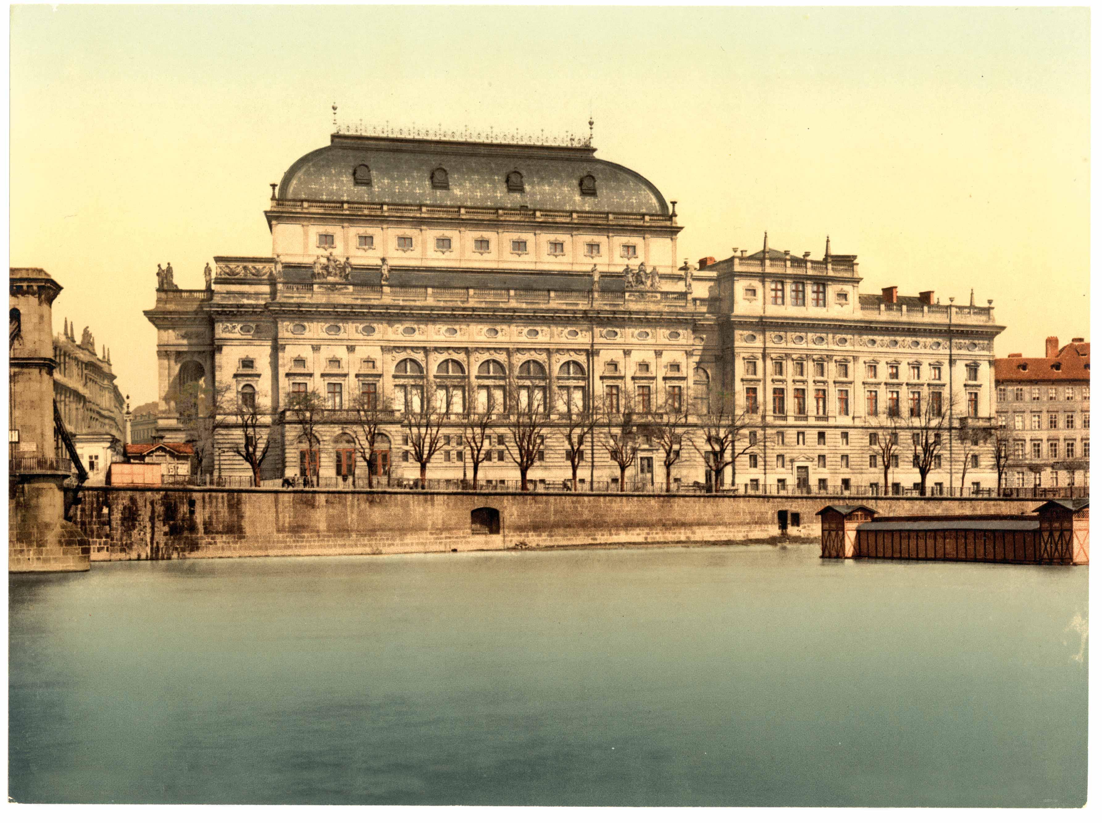 קפקא הצעיר צרך באובססיביות תרבות מכל הסוגים, ובשלהי המאה ה־19 הציעה פראג מגוון תרבותי איכותי. תאטרון פראג ב־1890