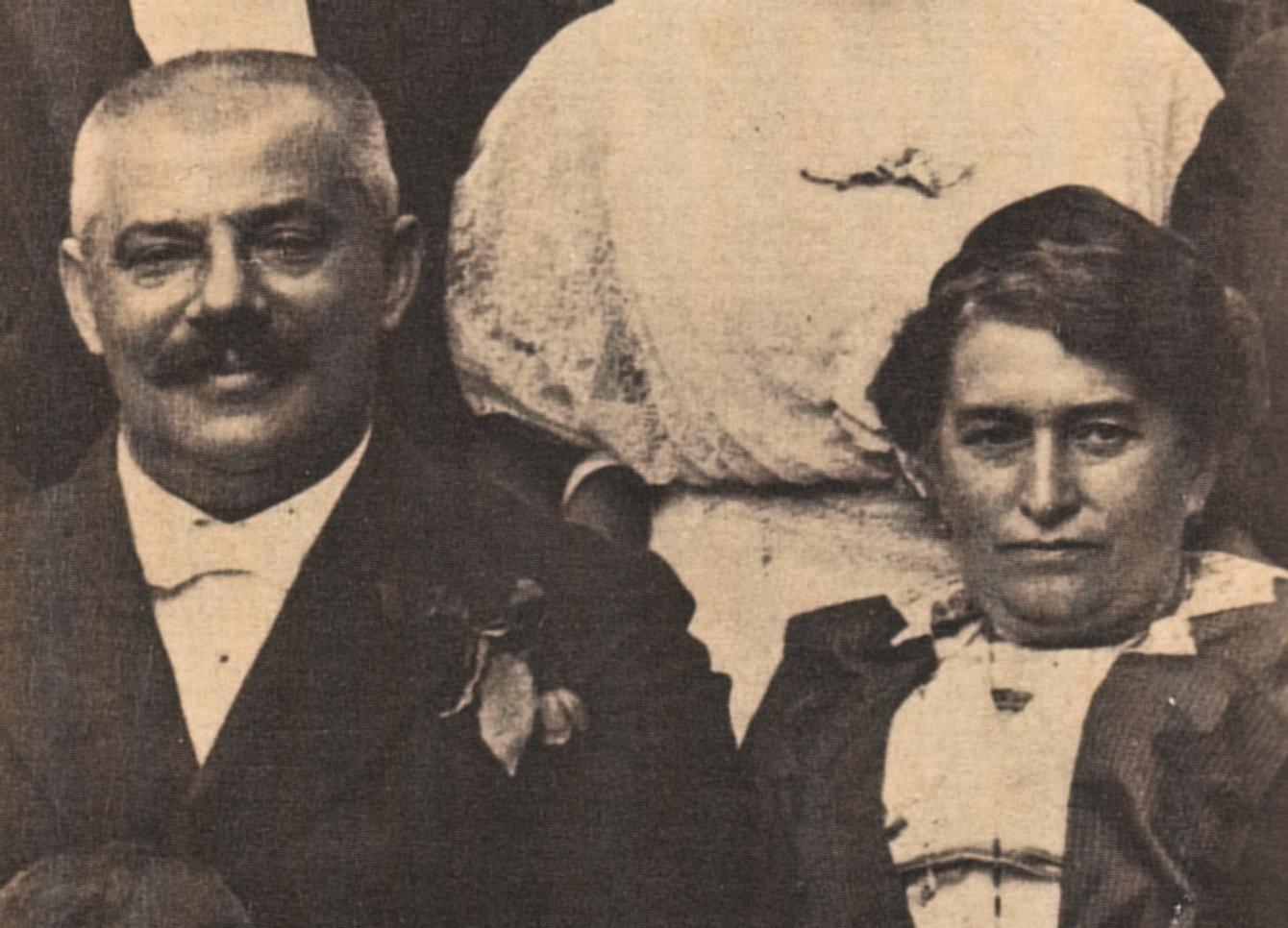 """ג'ולי והרמן קפקא היו יהודים בורגנים טיפוסיים לתקופתם בפראג. ג'ולי — בתו של בעל מבשלת בירה מצליח — גדלה בבית אמיד וזכתה להשכלה טובה מזו של הרמן. בספר 'מכתב לאב' תיאר עצמו פרנץ כ""""בן משפחת לוי עם שמץ של משקע קפקאי"""""""