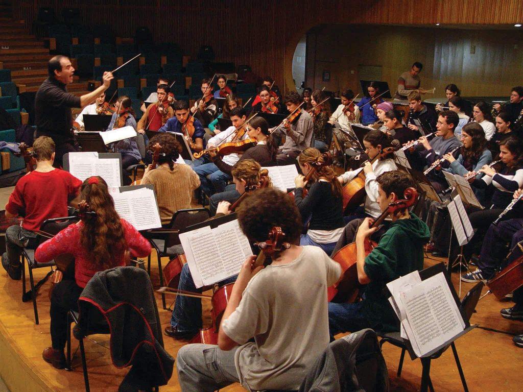 התזמורת הסימפונית של בית הספר לאמנויות תלמה ילין בהופעה ב־2002