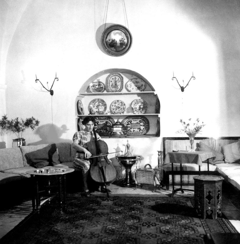 צ'לנית בינלאומית מהשורה הראשונה. תלמה ילין מנגנת בצ'לו בסלון ביתה