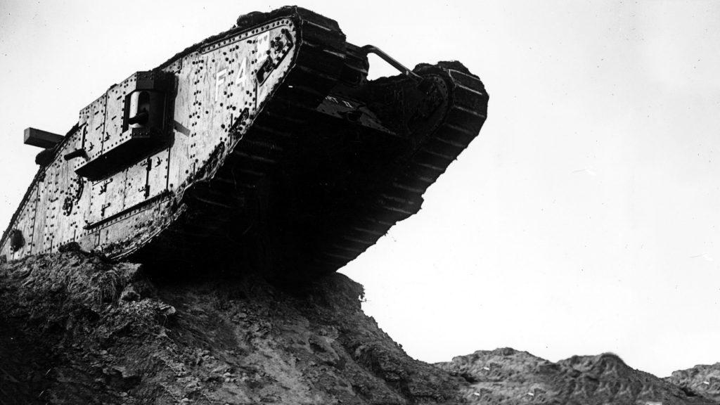 הפיתוח ההדרגתי של מנועי הבעירה הפנימית לאורך המאה ה־19 היה החידוש הטכנולוגי העיקרי שהוביל במאה העשרים להמצאת כלי מלחמה בעלי יכולות עבירות משופרות — הטנק והמטוס. מטוסי קרטיס JN-40 מתוצרת ארצות הברית וטנק מערכה בריטי