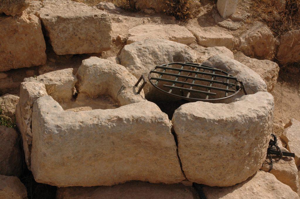 מים לעולי רגלים. בור עם התקן נעילה מתקופת בית שני מסוסיא שביהודה