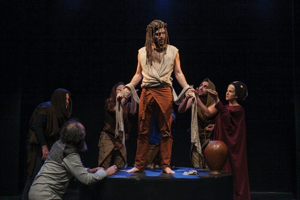 חייו של שמשון נעים בין נאמנויות וקשרים הטבועים בחותמו של הצחוק. מתוך ההצגה