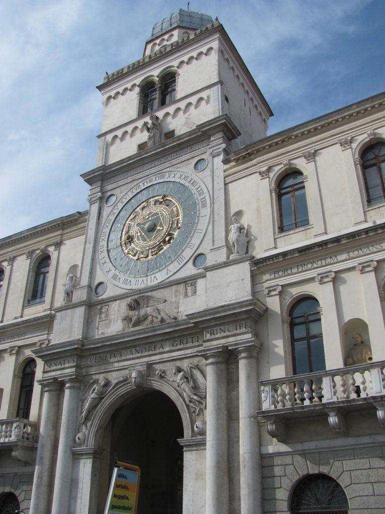 המראה הלילי של כיכר השוק שלפני 'ארמון התבונה' (פלאצו דלה רגיונה), משלים את השיש המואר באור יום של מגדל ששמר על כיכר הכניסה לארמון המלך. השעון האסטרונומי הענק שהותקן עליו ב-1437 פועל עד היום. גלגל המזלות מעיד על התקופה שבה חולקו השמים ל-11 מזלות בלבד