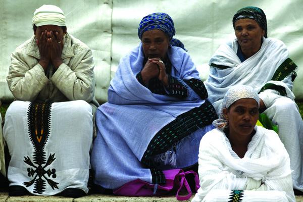 שלוש נשים בעת התפילה בטקס הסיגד בארמון הנציב