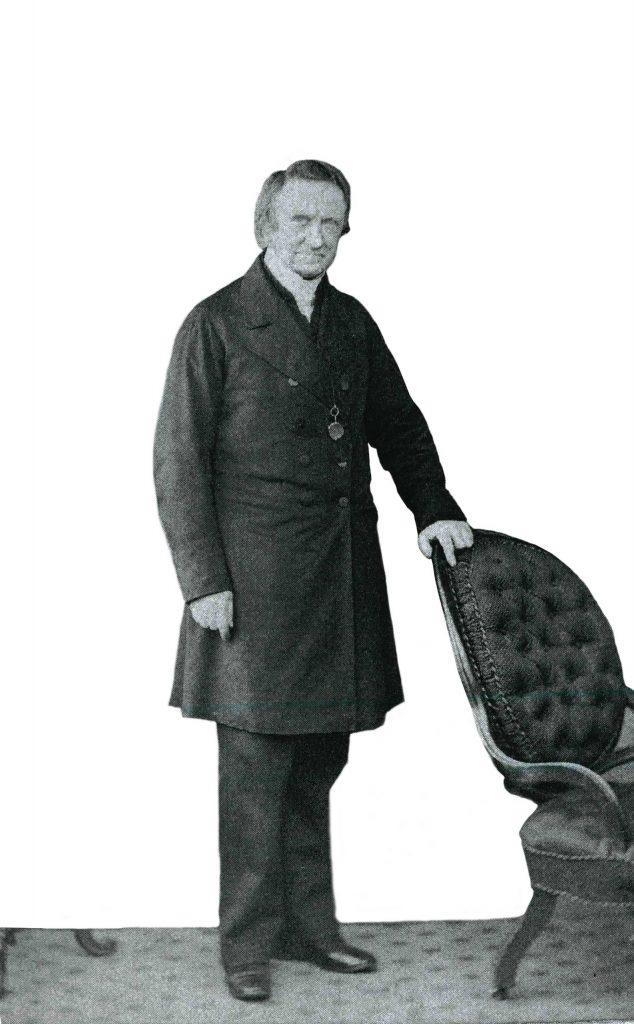 אלכסנדר מק׳קול, אביה של אליזבת אן פין, כומר פרוטסטנטי ושליח המיסיון שפעל בקרב יהודים וקתולים בפולין, היה חברו של ג׳יימס פין עוד לפני שהיה לחמיו