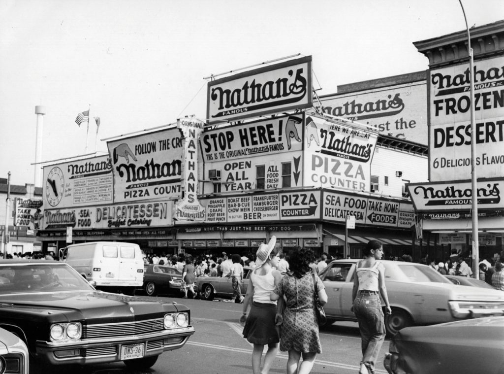 האיום בחרם שהציבה הרשת המפורסמת בבעלות יהודית הביא לתוצאה המיוחלת. סניף של ניית'נ'ס פיימוס בקוני איילנד שבניו יורק, 1976