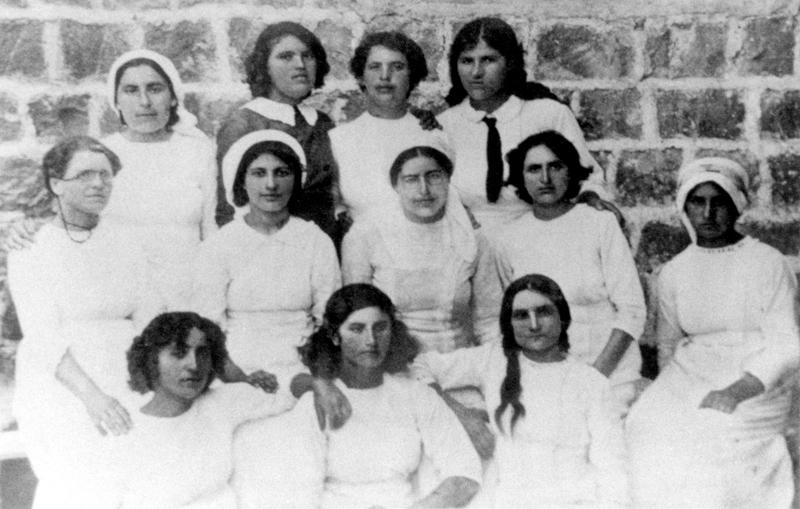 תמונה קבוצתית של חבורת חוות העלמות בחצר כנרת ב־1913. שושנה בלובשטיין, אחותה של רחל, עומדת ראשונה משמאל. התמונה צולמה לאחר שרחל נסעה ללימודים בצרפת ולכן היא אינה מופיעה בה