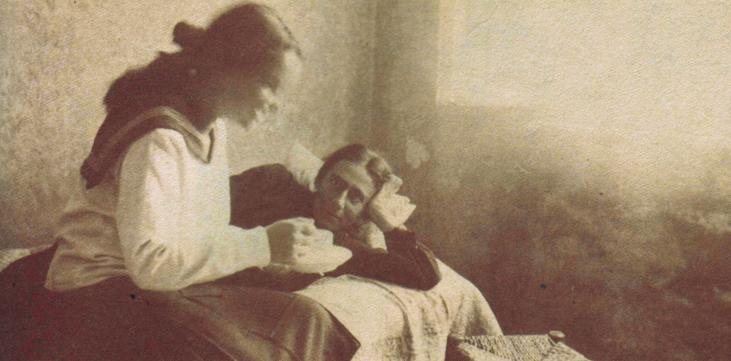 """רחל בחברת אחייניתה שרה מילשטיין אשר טיפלה בה בשנותיה האחרונות. ב־1929 כתבה רחל בשיר שהוקדש לשרה """"תקראי נא בשמי לבתך הקטנה להציב לי יד"""". שרה אכן קראה לבתה שנולדה ב־1946 רחל. לבנה, שנולד ב־1940, קראה אורי — הוא ההיסטוריון אורי מילשטיין — על פי השורה """"אורי אקרא לו, אורי שלי"""" מהשיר 'עקרה'"""