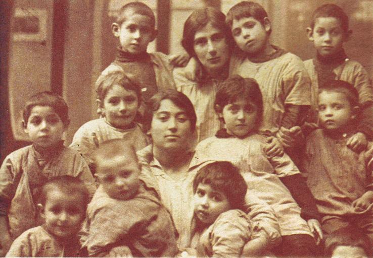 עבודתה עם ילדי הפליטים בזמן מלחמת העולם הביאה עליה כנראה את המחלה שממנה מתה. רחל בבית היתומים באוקראינה, 1917