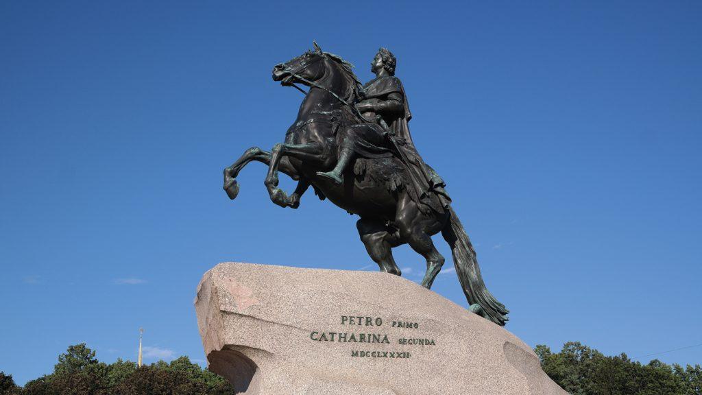פיוטר הגדול הוא מדמויות המופת של רוסיה ופטריוטים רוסים רבים יצרו יצירות אמנות הקשורות בו. פסל של פיוטר רוכב על סוס המוצב בסנט פטרבורג
