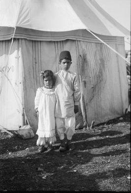 ילד וילדה שומרונים מאורסים בתחילת המאה העשרים