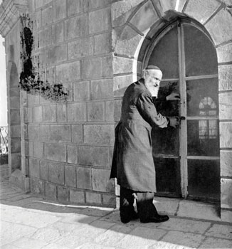 The beadle of Tiferet Israel in the 1930s