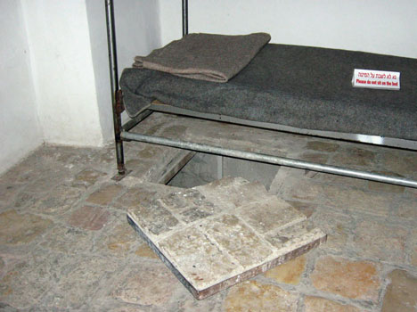פתח המנהרה שדרכה נמלטו אסירי המחתרת כפי שהוא נראה היום במוזאון אסירי מחתרות