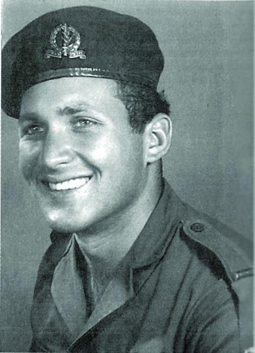 עוזי עילם כקצין צעיר, לבוש במדי הצנחנים