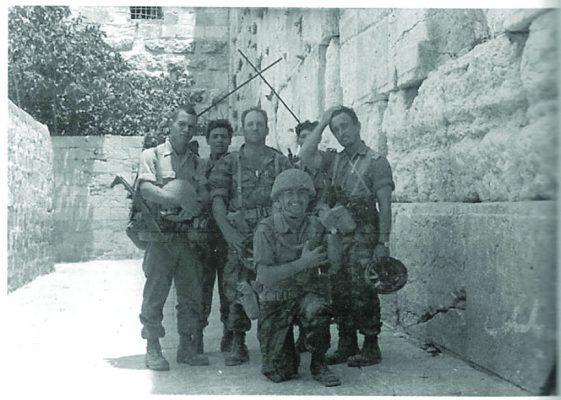עילם בחברת קצינים וחיילים מהגדוד ליד הכותל המערבי רגעים אחדים לאחר שחרורו