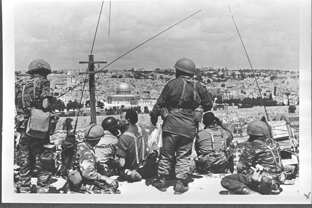 מוטה גור ומטה החטיבה צופים על העיר העתיקה מהר הזיתים