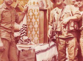 קדושה בלב המלחמה. שניים מהצנחנים עם ספר התורה העתיק, צידון 1982