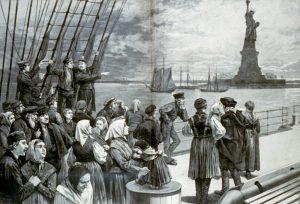 במאה ה-19 המסע מאירופה לארצות הברית נמשך לעתים חצי שנה. מהגרים על סיפונה של ספינת קיטור גומאים את המטרים האחרונים בדרך הארוכה לניו יורק בשנים שבהן היא הפכה לריכוז היהודי הגדול בעולם. איור מ-1887