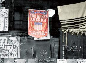 חזיתה של חנות תשמישי קדושה ברחוב ברום בניו יורק.באותו רחוב במנהטן שוכנת בין השאר הקהילה הגדולה של יוצאי יאנינה שמוצאה ביוון.עד אמצע המאה העשרים קבוצות ההשתייכות של יהודי ניו יורק היו לפי הקהילות שמהן הגיעו