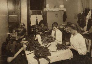 משפחה יהודית מכינה ביריות במטבח ביתה בבניין משותף בניו יורק. היהודים,כמו המהגרים האחרים,חיו בתנאי צפיפות קשים.בעוד שבני הדור הראשון התרכזו בהישרדות, בני הדור השני והשלישי כבר חיפשו את דרכם אל מחוץ לגטו היהודי ועברו לפרברים המרווחים
